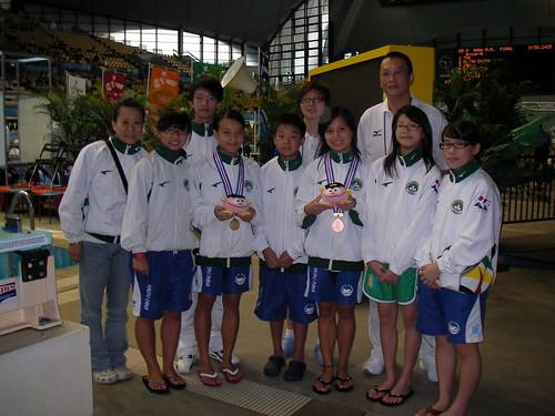 812跳水領隊陳可欣(後中)與教練,裁判及隊員合照