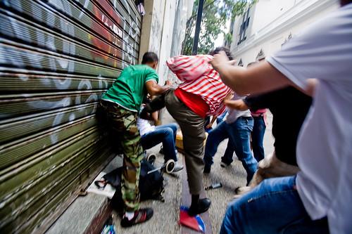 Ataque a un opositor por parte de oficialistas en la asamblea nacional