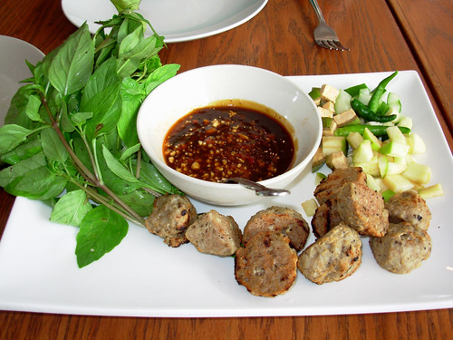 Cold roll fillings with pork ball, fresh herbs, spicy plum sauce, apples, raw banana