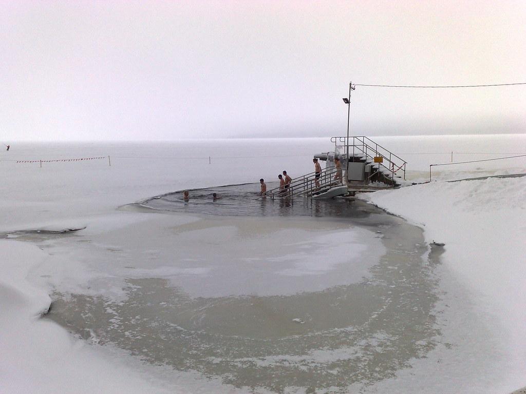Saindo da sauna, direto para o lago congelado...
