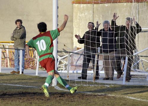 Alegría del gol en el campo y en el público. Foto Pedro Merino