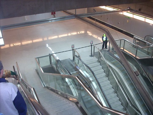 Bajando por las escaleras - Metro Sevilla