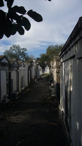 Pasillo de mausoleos en el Cementerio de Lafayette nº 1, en Nueva Orleans