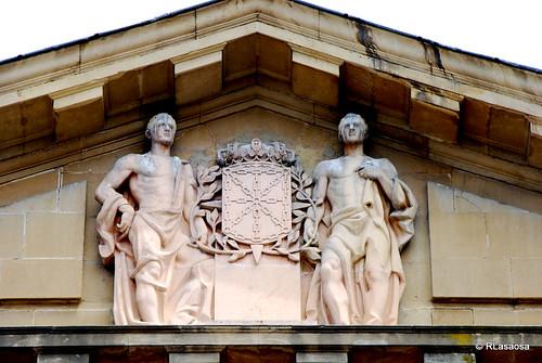 Frontón de la fachada principal del Palacio de Navarra