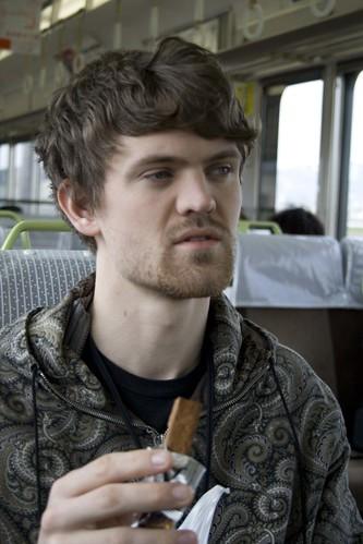 Christoffer, her avbildet med en drue-soyasjokolade