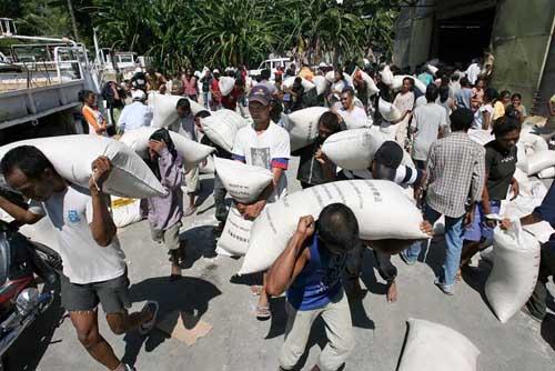 Masyarakat mulai menjarah gudang beras Pemerintah karena bahan makanan mulai sulit mereka dapatkan sejak kerusuhan yang disebabkan krisis politik di Dili, Timor Leste.