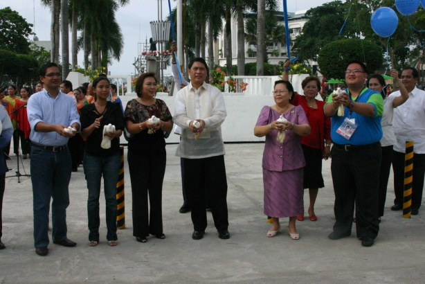 GenSan City Mayor leads the releasing of doves during the Opening Program of the 41st Charter Anniversary Celebration on Sept 5. From left are Congressman Teddy Casino, Congresswoman Darlene Custodio, Dra. Rose Acharon, Vice Mayor Flor Congson & Tunafest Director Orman Manansala.