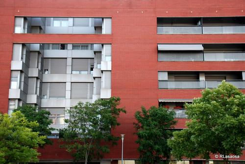 Edificio de viviendas situado en la calle Monte Monjardín, frente al «Club de Tenis Pamplona»