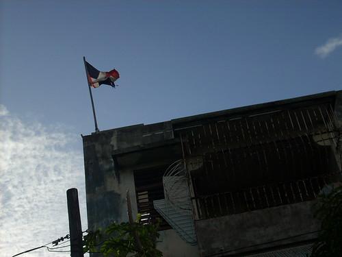 Esta bandera la encontré ondeando cerca de la Plaza de Santurce, en Puerto Rico.