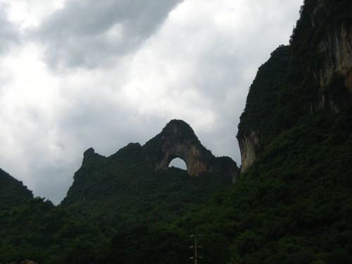 นี่คือเหตุผลว่าทำไมเรียกหมู่บ้านนี้ว่า Moon Village เพราะด้านตรงข้ามมีภูเขาพระจันทร์ (เยว่เลี่ยงซัน) ซึ่งเป็นแหล่งท่องเที่ยวให้ไปปีนเข้าถ้ำเหมือนกัน