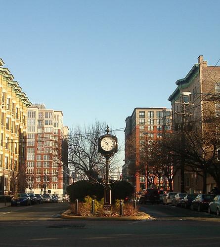 Detrás del reloj se vislumbra Manhattan