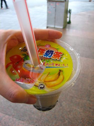 ชานมไข่มุกในราคา 3 หยวนเท่านั้น เลยรีบวิ่งไปซื้อมาลอง ปกิสว่ารสชาติไ่พร่มาก กินได้สองคำก็ต้องทิ้ง เสียกได้ว่าคนจีนชอบกินหวานแบบคนไทยเลย แล้วทำไมฮิ่งกิงกินขม