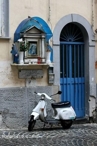Nicchia Votiva (Votive niche) in Spaccanapoli, Naples, Italy