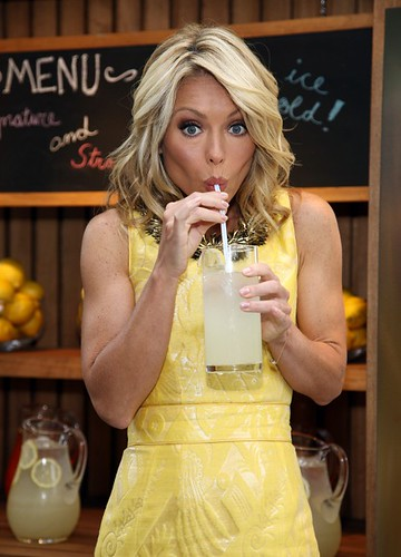 kelly-ripa-straw