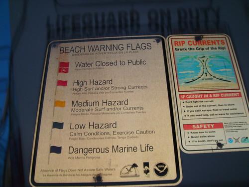 Oriente-se pelas bandeiras para saber como está o mar