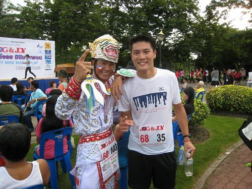 Crazyness ... he ran 10k like this! (Bangkok, Thailand)