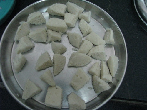 Cut idli into 4-6 pieces