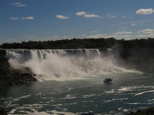De Niagarawatervallen met daarvoor de 'Maid of the mist'