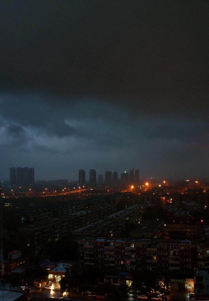 雷雨前的城市