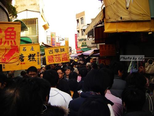 滿滿人潮的安平老街。
