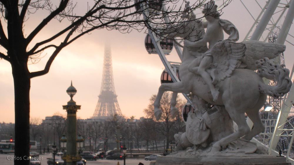 Tour Eiffel entre la bruma