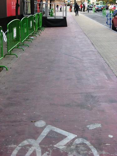 Paseo de la Victoria: Carril Bici ocupado por una escalera