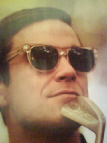 Robbie Williams in SUPER sunglasses