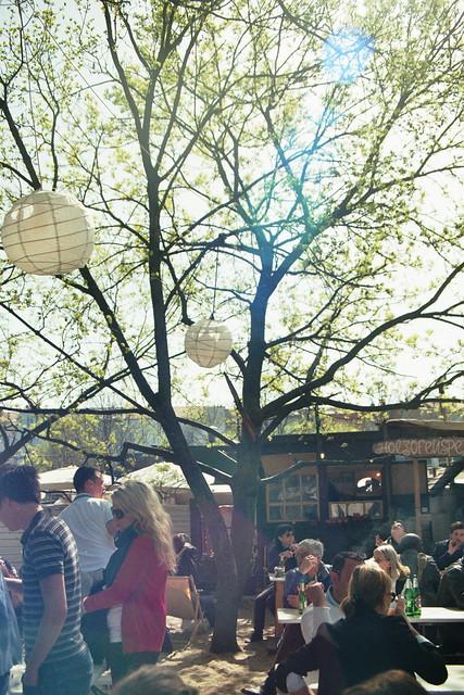 Bar dans le Flohmarkt de Mauerpark un dimanche ensoleillé