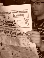 Homme lisant le canard