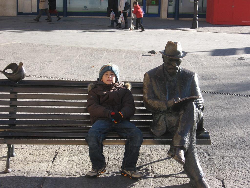 Mauro con la estatua de Antonio Gaudi