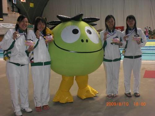 810澳門女子隊喜奪A組4X100米自由泳接力銀牌並雙破澳門紀錄(左起馬卓薇在首棒刷新100米自由泳澳門紀錄、利安琪、馮敏慧、關穎儀)