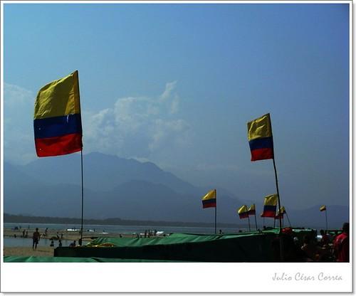 Flamean banderas by Julio César Correa