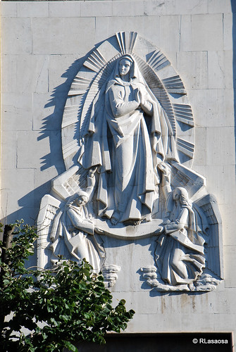 Altorrelieve situado en la fachada lateral de la Iglesia de San Francisco Javier, en la Avenida de la Baja Navarra.