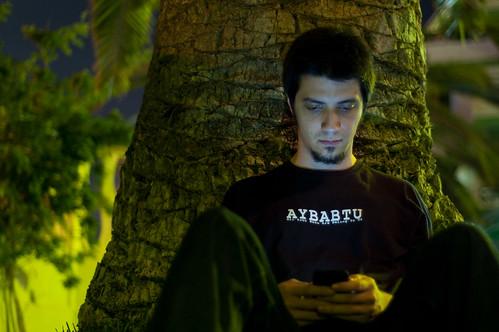 Mi hermano consultando el e-mail bajo una palmera