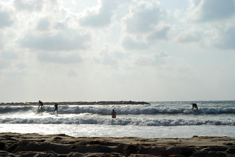 surferi pe marea Mediterana