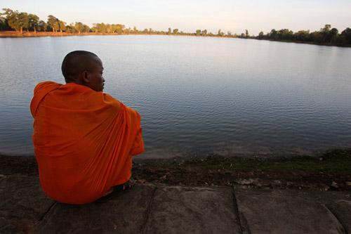 Pheakhdey menikmati sunset di danau Angkor Wat di Siem Reap, Kamboja.