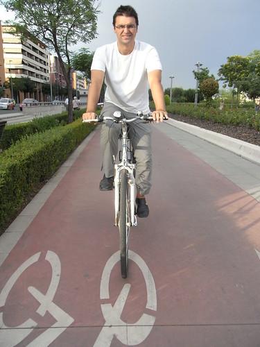 Pablo Garcia Casado recorriendo un carril Bici en Córdoba.