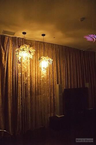 浪漫的照明燈,右下角是液晶電視。