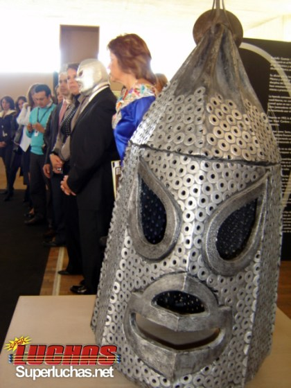 Hijo del Santo inaugura la muestra Santo La leyenda de Plata en Bogotá, Colombia