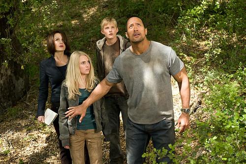 Carla Gugino, AnnaSophia Robb, Alexander Ludwig y Dwayne Johnson, en una escena de La montaña embrujada.