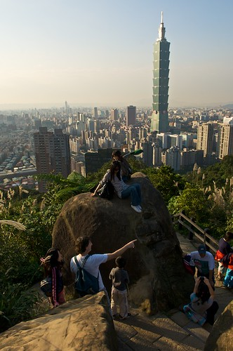 The main viewing area of Elephant Mountain (象山) has a bunch of big boulders that you can climb onto to get a great view of Taipei City.