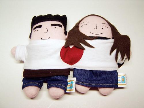 Casal de mini-mis com uma camiseta de irmãos siameses
