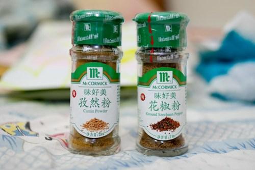 孜然粉、花椒粉,特地從大陸帶回來的好物,加上它保證有北方燒烤的特殊風味,不過這些調味料其實台灣也有… =.=