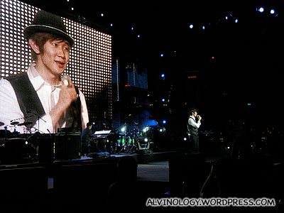 JJ Lin singing, Kheng Long on the piano