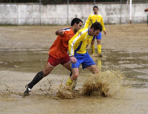 Jugando en un campo casi impracticable. Foto Pedro Merino