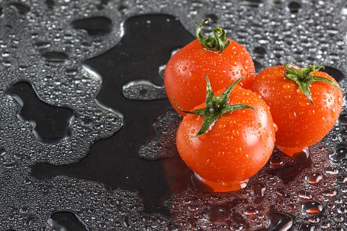 Shooting Tomatoes the regular way, just sprayed wet with good lights and vibrance seems to go me much better off!