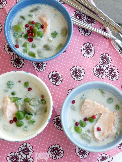 Zuppetta calda al cocco, con verdure primaverili e salmone poché