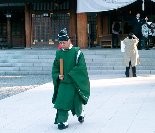 Hokkaido Jingu Shinto Shrine. Sacerdote cabizbajo.