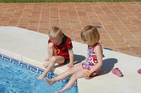 Aan het zwembad