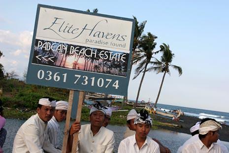 Umat Hindu melaksanakan upacara Melasti di Pantai Pabean, Gianyar.